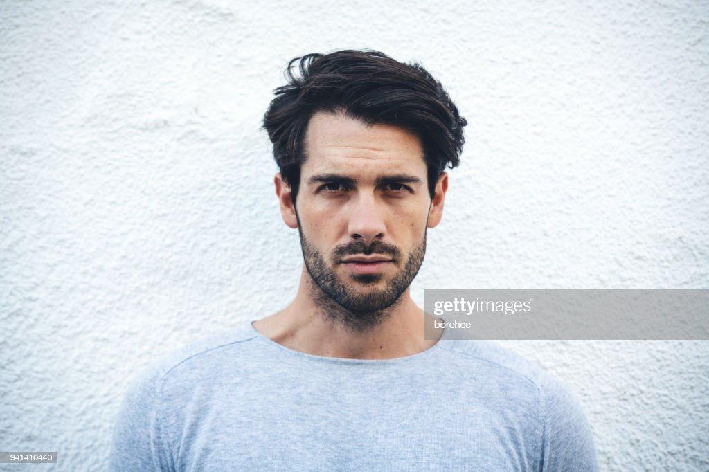 Serio retrato de un hombre joven de España : Foto de stock
