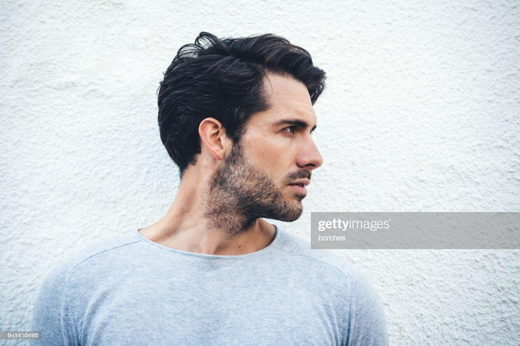 Ernsthafte Porträt eines jungen Mannes aus Spanien : Stock-Foto