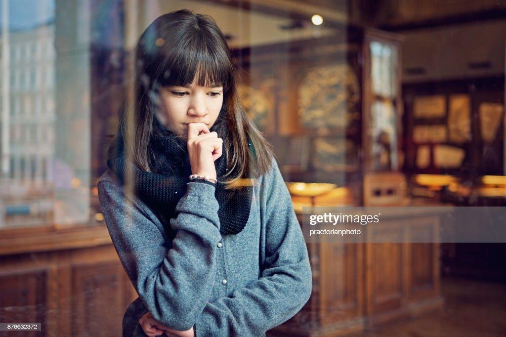 Schwere Teenager-Mädchen sucht Museumsausstellung mit Interesse : Stock-Foto