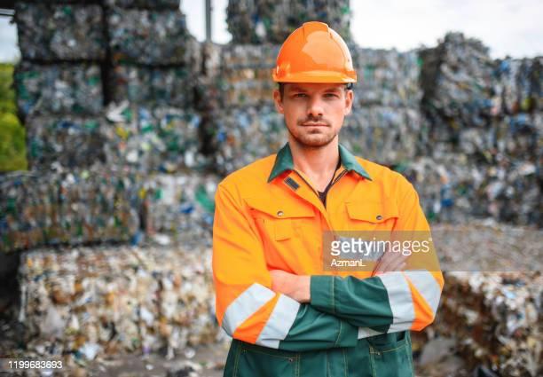 リサイクル施設で屋外に立つ真剣な職人 - 廃棄物処理 ストックフォトと画像