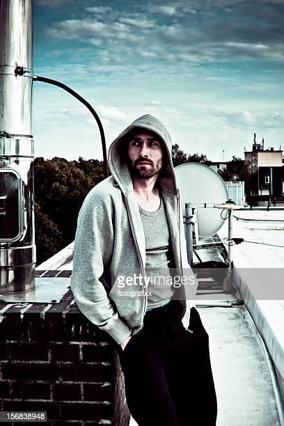 Ernst junger, bärtiger Mann mit hooded sweat shirt aussieht entfernt