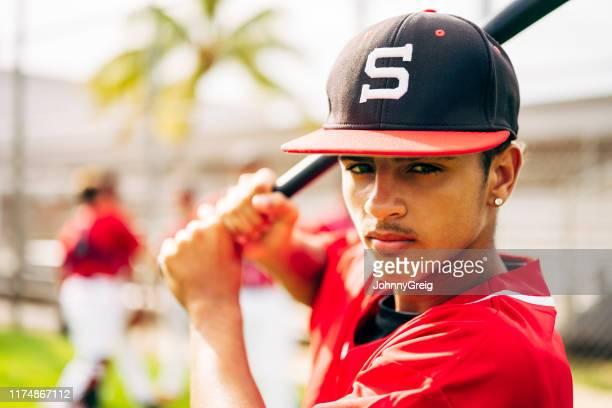 バッティングスタンスの真面目な若いヒスパニック系野球選手 - 高校野球 ストックフォトと画像