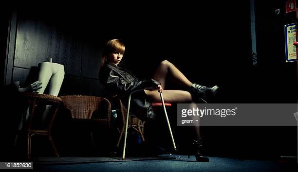 grave jovem mulher sentada - sapato preto - fotografias e filmes do acervo
