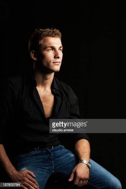 serius männliche schönheit porträt: schwarzer hintergrund - aktmodell mann stock-fotos und bilder