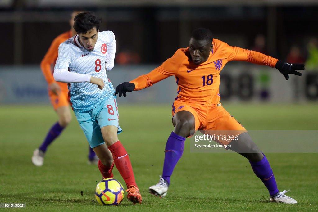 Serkan Bakan of Turkey U17, Brian Brobbey of Holland U17 during the match between Turkey U17 v Holland U17 at the Sportpark Parkzicht on March 13, 2018 in Uden Netherlands