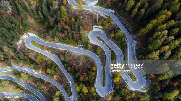 serpentines at the maloja pass, val bregaglia, engadine, grisons, switzerland - bergpass stock-fotos und bilder