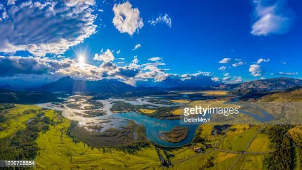 fiume serrano con vista su cerro torre, torres del paine, cile - cile foto e immagini stock