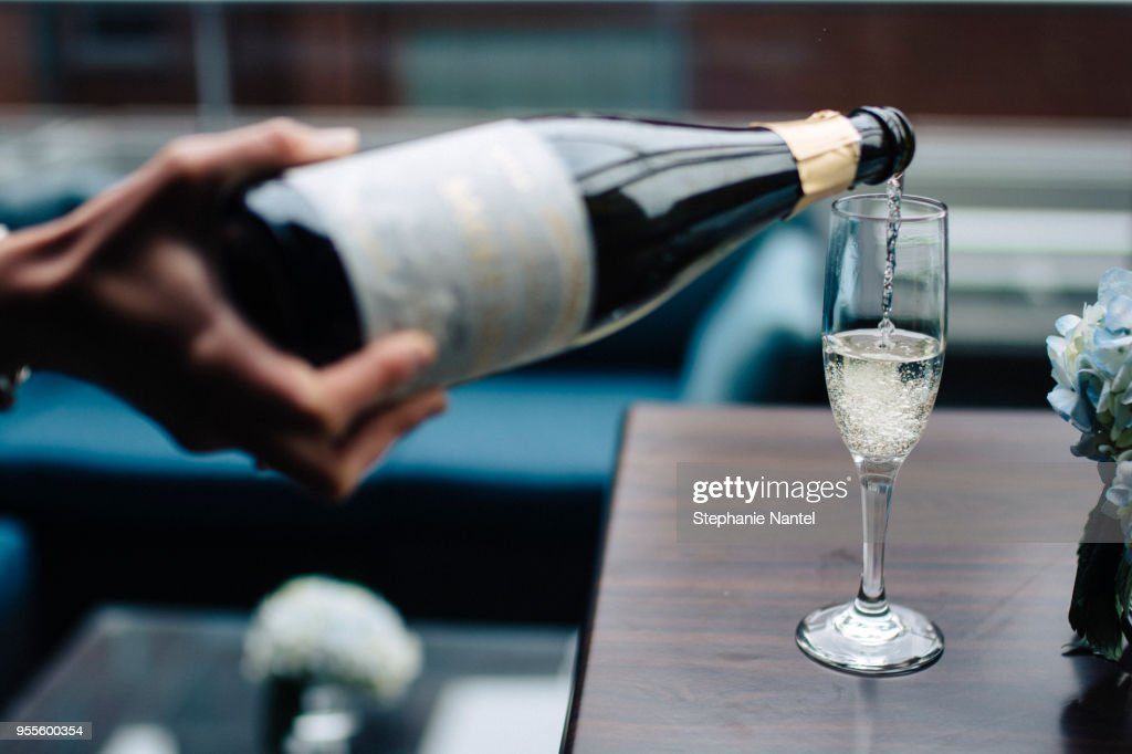 serve champagne : Stock Photo