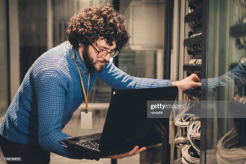 サーバールーム-職場の IT エンジニア : ストックフォト