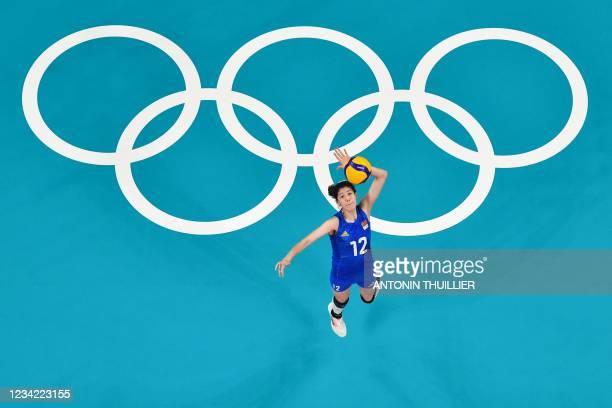 Serves China's Li Yingying serves in the women's preliminary round pool B volleyball match between China and USA during the Tokyo 2020 Olympic Games...