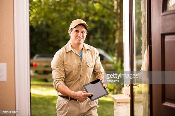 Service: Lateinamerikanischer Herkunft Handwerker bei Kunden vor der Tür. Digitale tablet.
