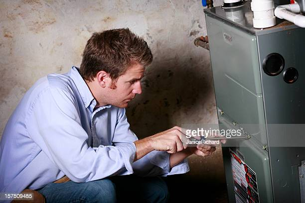 servizio uomo al lavoro nella fornace - forno foto e immagini stock