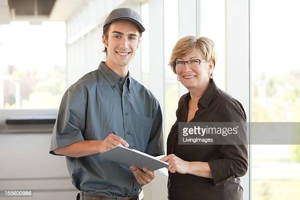 Servicepersonal mit einem Kunden
