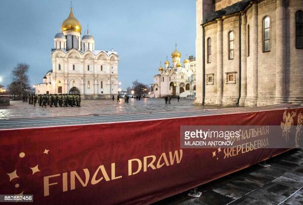 TOPSHOT Servicemen practice at the Kremlin in Moscow on November 30 2017 on the eve of the Final Draw for the 2018 FIFA World Cup / AFP PHOTO /...