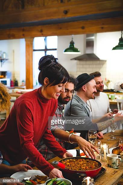 Se sirve la cena a sus amigos