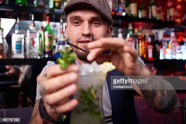 Servant des boissons est un art