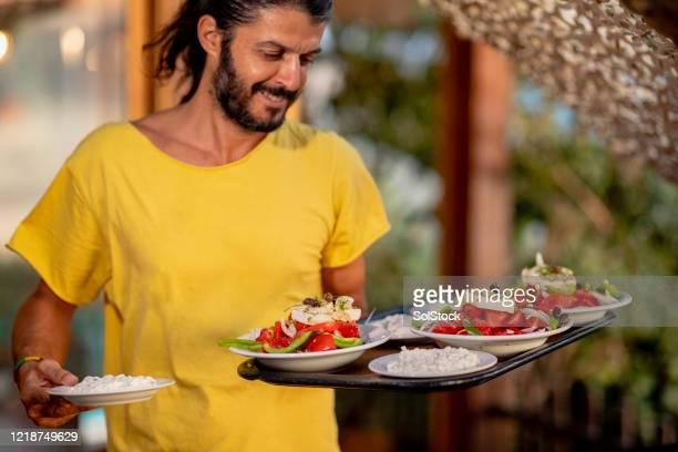 servir comida griega - creta fotografías e imágenes de stock