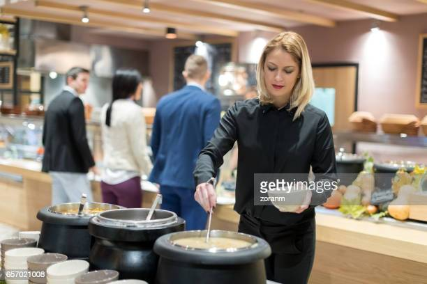 Servant la soupe à la cafétéria