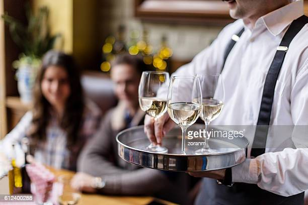 serving wine - glas serviesgoed stockfoto's en -beelden