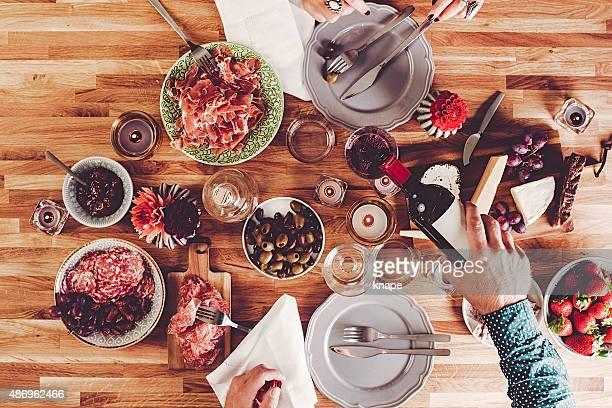 Servant du vin et dîner