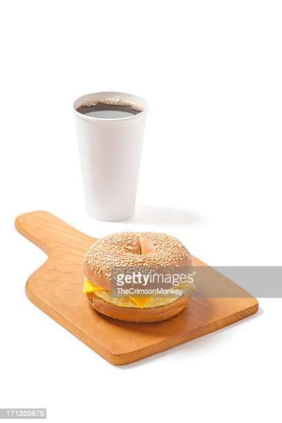 Bagel aux graines de sésame Sandwich aux œufs et au fromage avec