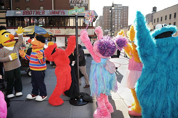 Fotos e imagens de street renaming to celebrate the 30th - Sesame street madison square garden ...