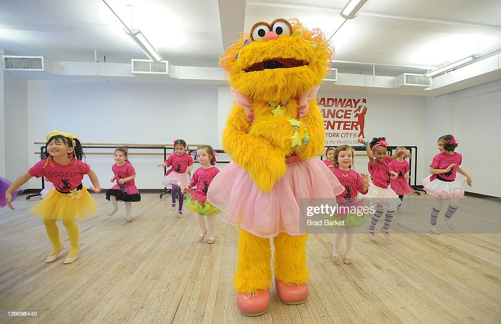 Sesame Street Live S Muppet Zoe Takes A Dance Class With