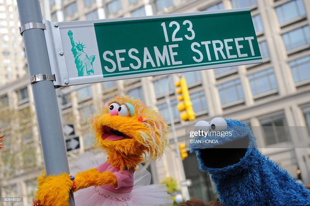 Sesame Street puppet charactors Zoe (L) : News Photo