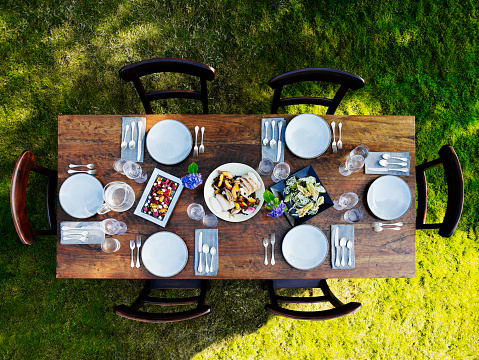 Set dinner table outside on grass lawn - gettyimageskorea