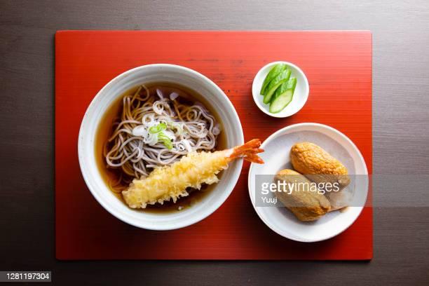 天ぷらそばと稲荷寿司の定食 - 醤油 ストックフォトと画像