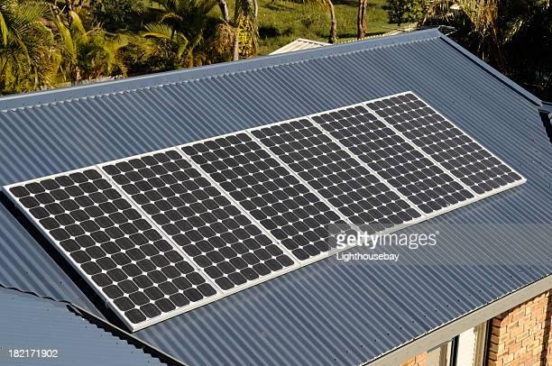 Reihe von Sonnenkollektoren auf Haus Dach