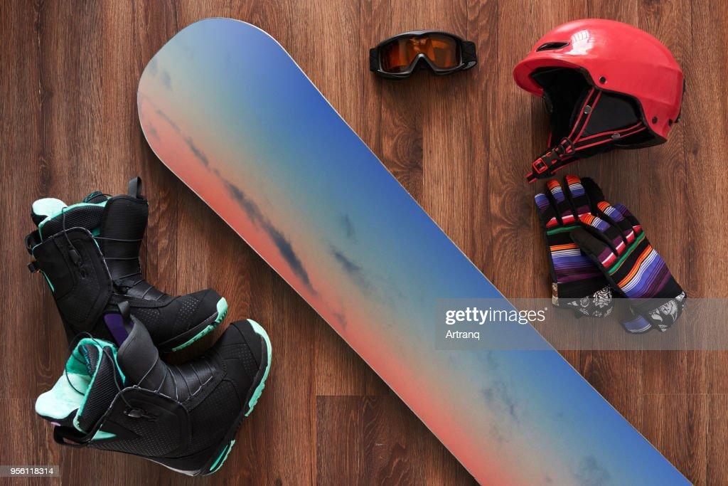 スノーボードのブーツ、ヘルメット、手袋、木製のマスクのセット : ストックフォト