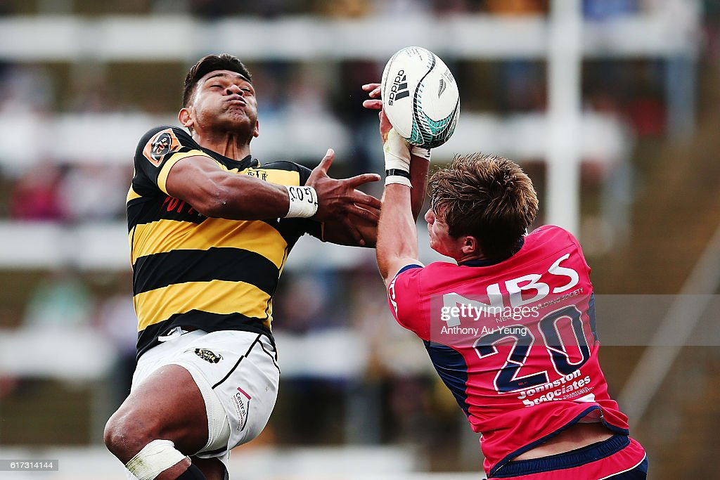 Seta Tamanivalu of Taranaki competes for the high ball against Ethan Blackadder of Tasman during the Mitre 10 Cup Semi Final match between Taranaki and Tasman on October 23, 2016 in New Plymouth, New Zealand.