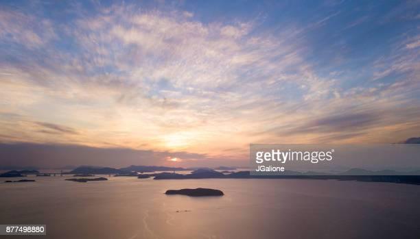 seto-inlandsee aus der luft als die sonnenuntergänge - präfektur okayama stock-fotos und bilder