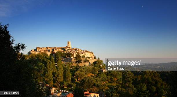 setting sun over saint paul de vence, a hilltop town in southeastern france - サンポールドヴァンス ストックフォトと画像
