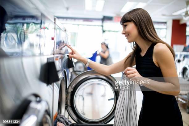 einstellung mashine bei waschküche waschen - waschsalon stock-fotos und bilder