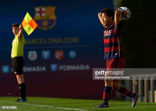 Seung Woo Lee of Barcelona in action during the match between FC Barcelona U18 and Real Zaragoza U18 at Ciutat Esportiva Joan Gamper on January 31...