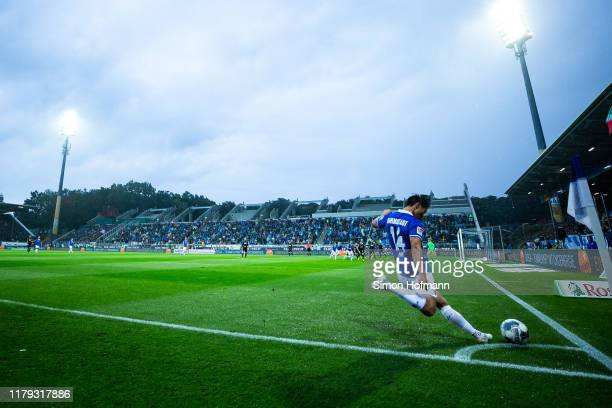 Seung-ho Paik of Darmstadt takes a corner kick during the Second Bundesliga match between SV Darmstadt 98 and Karlsruher SC at Merck-Stadion am...