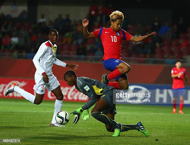 Seungwoo Lee of Korea Republic has his shot on goal stopped by Guinea goalkeeper Moussa Camara during the FIFA U17 World Cup Group B match between...