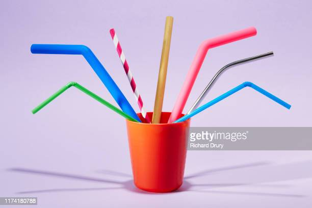 seven different drinking straws in a cup - partage photos et images de collection