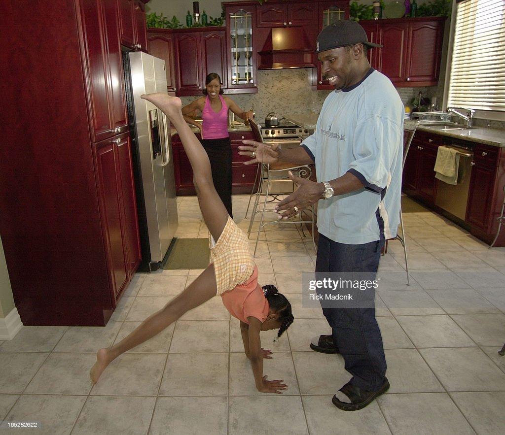 DIGITAL IMAGE - 06/06/01 - OAKVILLE, ONTARIO - Seven year old daughter Rachel practices handstands w : ニュース写真