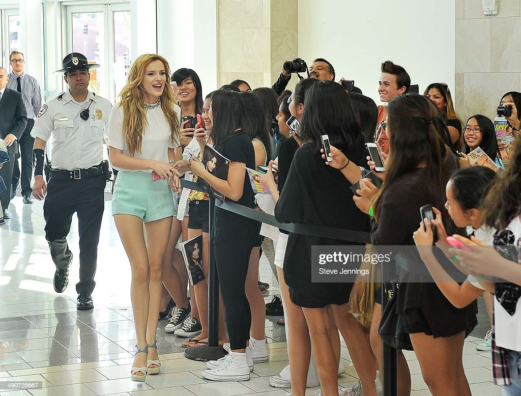 Disney Channel And Seventeen Magazine Star Bella Thorne Makes Appearance At Barnes & Noble : ニュース写真