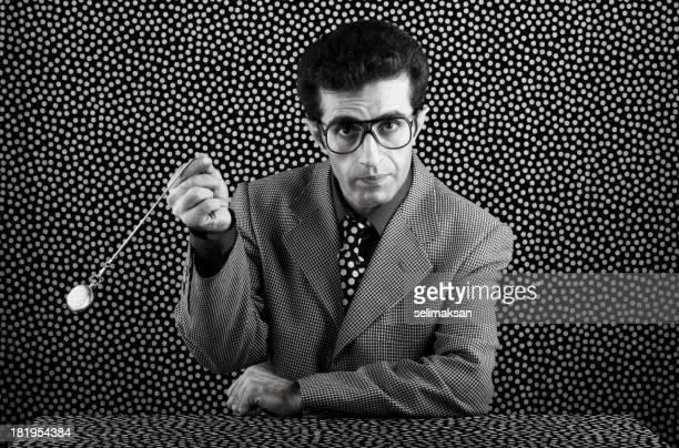 Seventies psychiatrist schwingen Taschenuhr für Hypnose