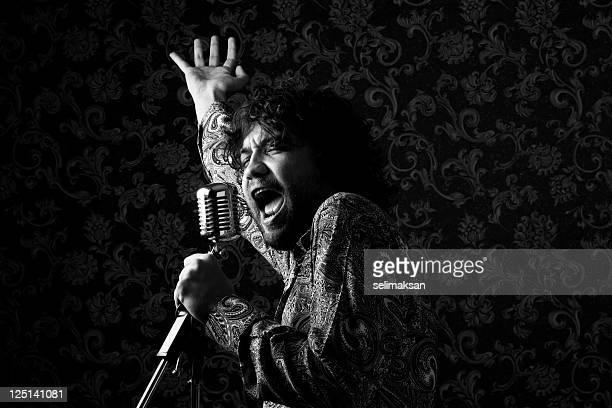 1970 estrela do rock cantando em um microfone antigo - cantora - fotografias e filmes do acervo