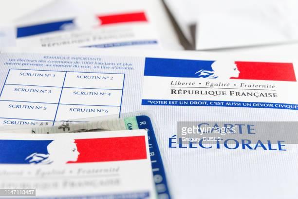 plusieurs français cartes électorales électorale gouvernement officiel permettant de voter close-up papier avec carte d'identité à l'intérieur - élection photos et images de collection