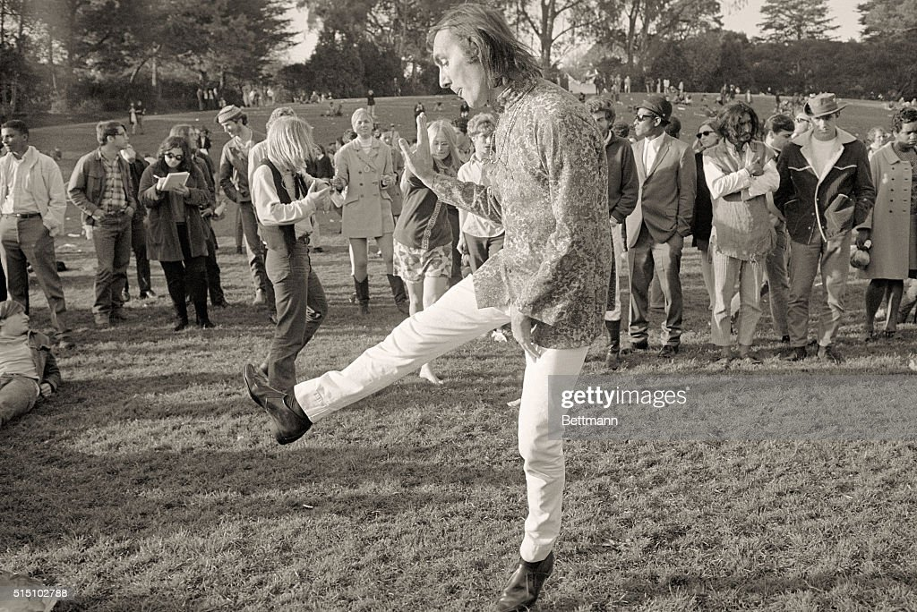 Hippie Dancing Alone : News Photo