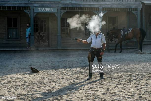 Several times a day the visit is complemented by a live show from the West in which several gunmen face through the streets and balconies of the town...