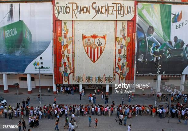 Sevilla fans pay their respects to Antonio Puerta at the Sanchez Pizjuan stadium on August 29 2007 in Sevilla Spain Puerta a 22yearold Sevilla player...
