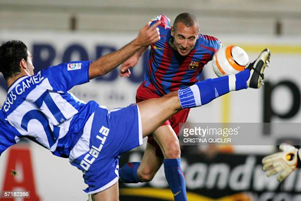Malaga's Jesus Gamez vies with Barcelona's Larsson during their Spanish league football match at the La Rosaleda stadium in Malaga 25 March 2006 AFP...