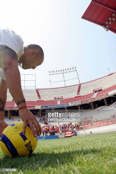 Uruguayan international Ernesto Javier Chevanton from AS Monaco picks up a ball 08 August 2006 during a press conference at Sanchez Pizjuan stadium...